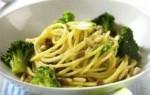 spaghetti in salsa di broccoli e acciuga