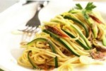 spaghetti alla chitarra con acciughe e zucchine